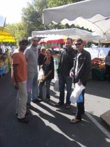 Le dimanche matin, on fait un petit tour au marché ...